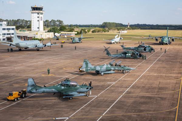 Cadetes do último ano da Academia da Força Aérea assistiram às palestras dos Esquadrões Aéreos e também visitaram as aeronaves das aviações de Caça, Transporte, Asas Rotativas e IVR (Inteligência, Vigilância e Reconhecimento)
