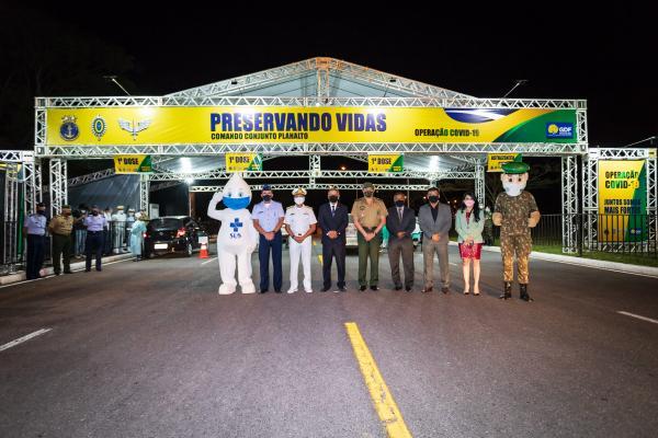 Sistema drive-thru, instalado pelo Comando Conjunto Planalto, está em operação na Praça dos Cristais, em Brasília (DF)