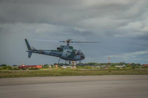Os pilotos de helicóptero recém-formados na AFA iniciam a atividade aérea na aeronave H-50 Esquilo