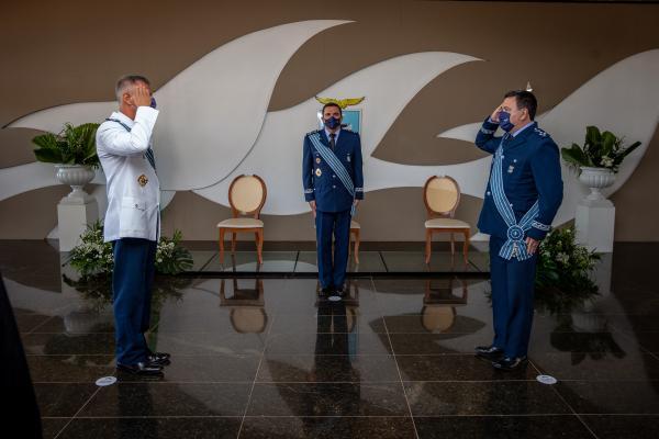 Na solenidade, realizada nesta sexta-feira (21), o Tenente-Brigadeiro Aguiar passou o cargo ao Tenente-Brigadeiro Almeida e foi homenageado ao se despedir do serviço ativo