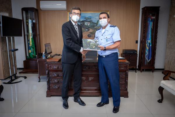 Encontro entre o Tenente-Brigadeiro Baptista Junior e o Embaixador Heiko Thoms aconteceu na tarde dessa segunda-feira (31), em Brasília (DF)