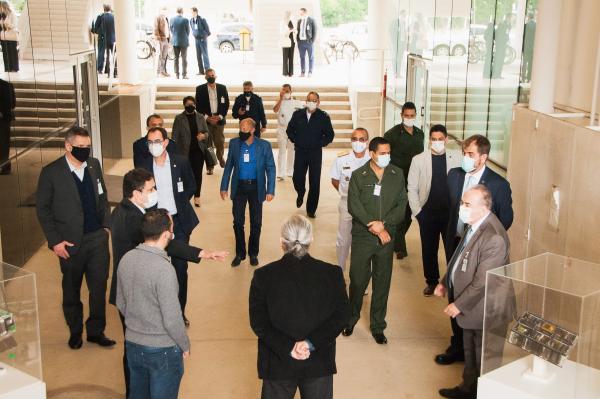 A comitiva conheceu as instalações e o trabalho realizado pelo Departamento de Ciência e Tecnologia Aeroespacial (DCTA)