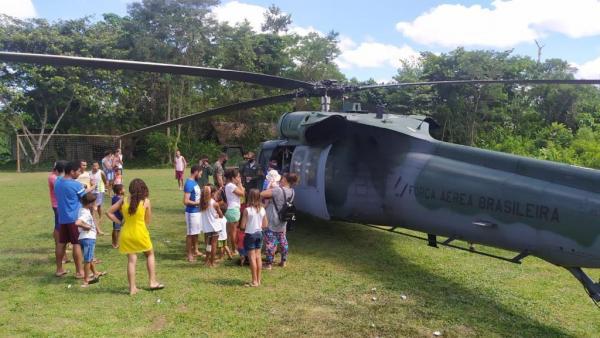 Militares, juntamente com representantes de órgão públicos, distribuíram e aplicaram vacinas para comunidades ribeirinhas