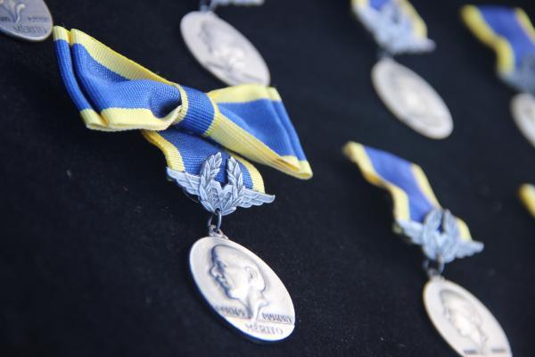 """Nas ocasiões também foram homenageados, com a Medalha """"Mérito Santos-Dumont"""", militares e civis que tenham prestado notáveis serviços à Aeronáutica Brasileira"""