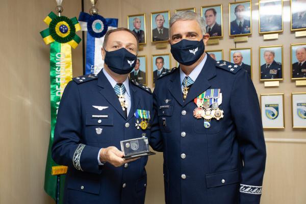 Na solenidade, o Major-Brigadeiro Mrad passou o cargo de Diretor de Ensino da Aeronáutica ao Major-Brigadeiro Sérgio Bastos
