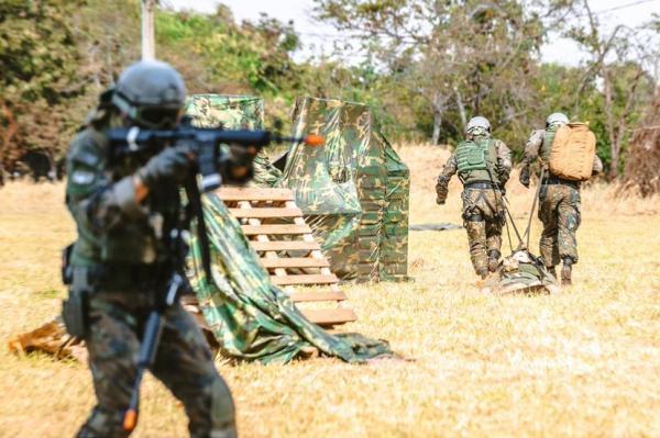 Simulação feita no Exercício Conjunto Tápio 2021 desafia combatentes a prestarem cuidados médicos e a evacuarem vítima sob fogo inimigo