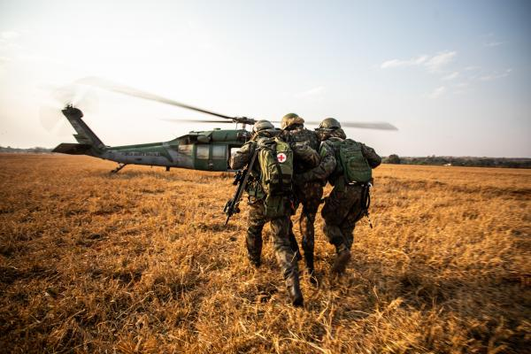 Aeronaves de diversas aviações integram conjunto de ações para o resgate de evasores em área de conflito