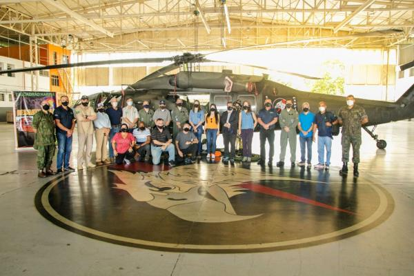 O Comandante do VII COMAR, Brigadeiro do Ar Luiz Guilherme da Silva Magarão, e outras autoridades receberam os visitantes no hangar do Esquadrão Harpia (7º/8º GAV)
