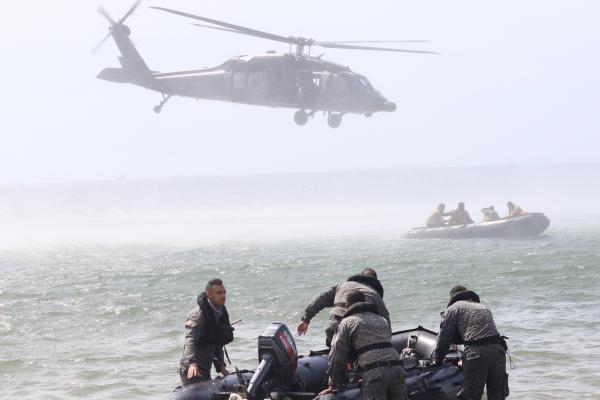 Simulação na cidade costeira de Coveñas, na Colômbia, desafia militares a prestarem cuidados médicos às vítimas de desastre natural
