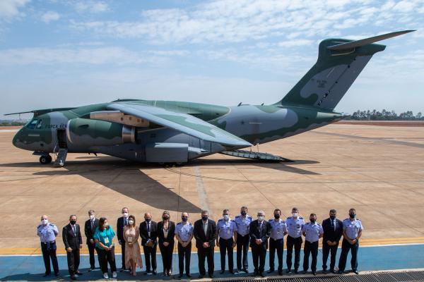 Deputados e uma senadora conheceram, nesta quinta-feira (30), o Centro de Operações Espaciais (COPE), a aeronave KC 390 Millennium e a réplica do F-39 Gripen