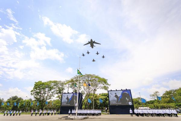 Evento reuniu autoridades civis e militares e contou com sobrevoos das aeronaves KC-390 Millennium, F-39 Gripen, F-5M e manobras da Esquadrilha da Fumaça