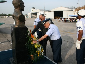 Aposição de flores no busto de Eduardo Gomes
