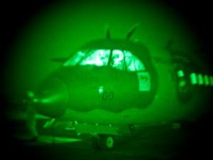TECNOLOGIA – Pilotos operam com óculos de visão noturna
