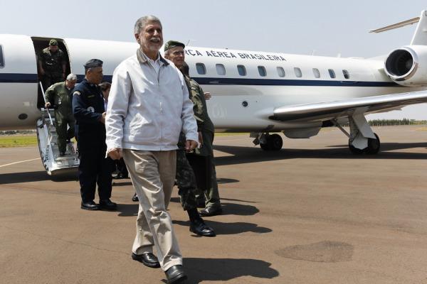 O Ministro Celso Amorim visitou a estrutura montada pela FAB em Dourados (MS)